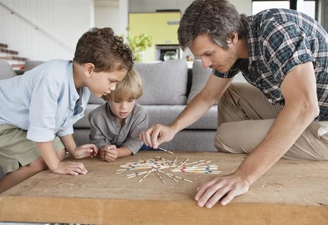 genitori-giocano-con-i-figli